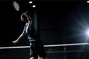 What is a Smash Shot in Badminton (how to hit it & when to use it)